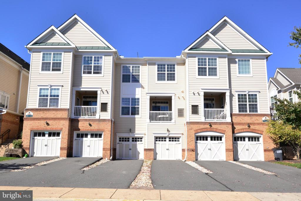 Extra long driveway w oversize garage - 43840 HICKORY CORNER TER #113, ASHBURN