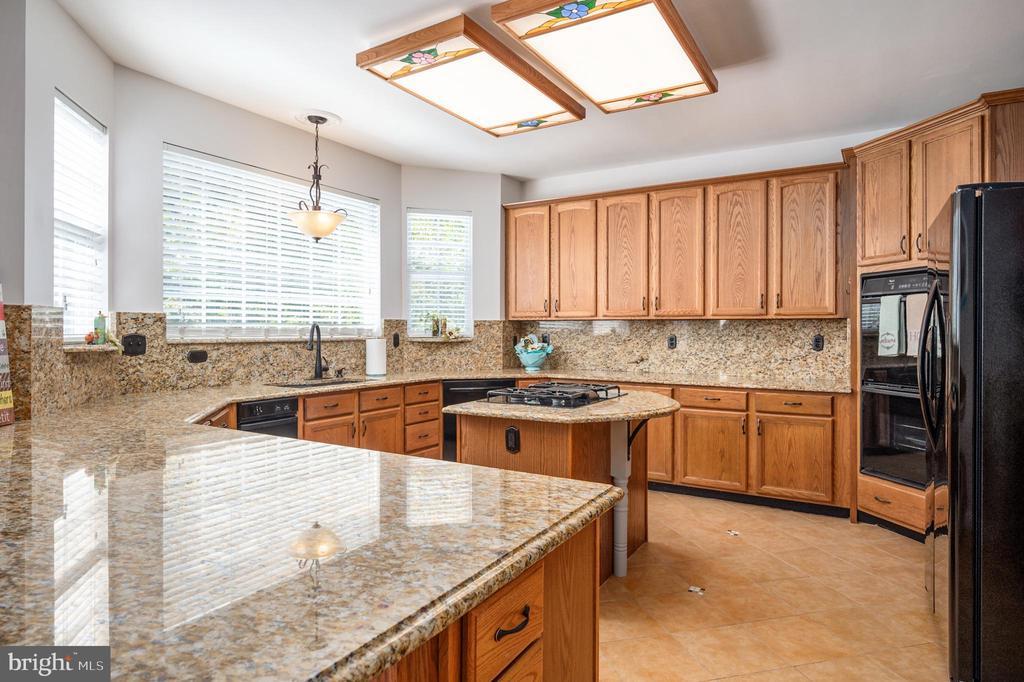 Kitchen with Oversized Double Ovens - 11404 ATTINGHAM CT, MANASSAS
