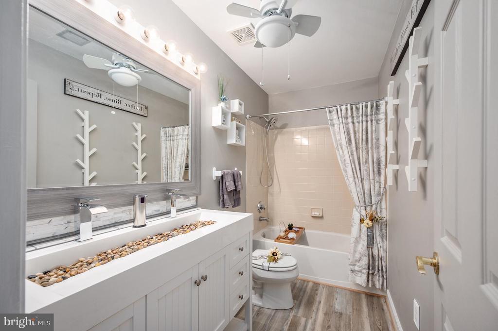 Upstairs Full Guest Bathroom - 11404 ATTINGHAM CT, MANASSAS
