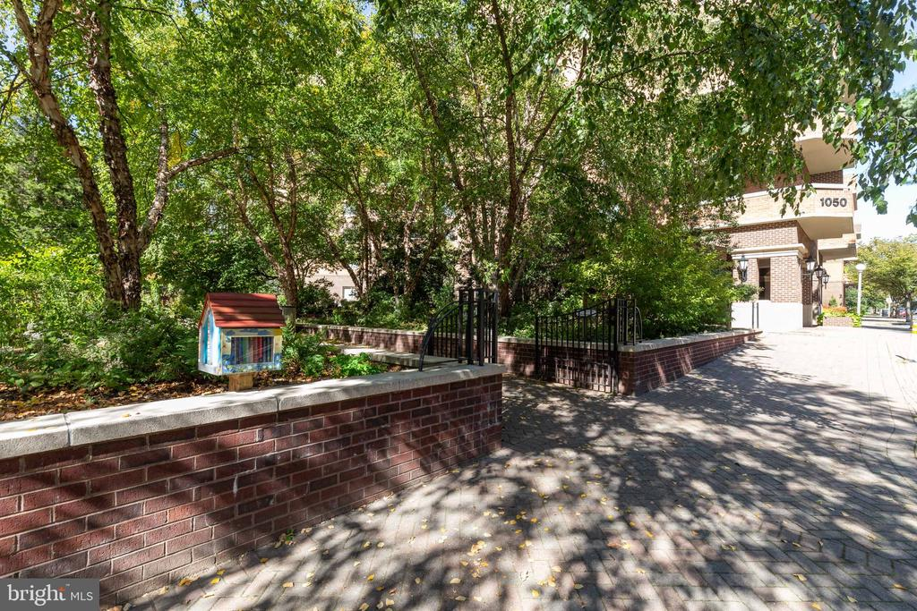 Nice outdoor space for the residents - 1050 N STUART ST #126, ARLINGTON