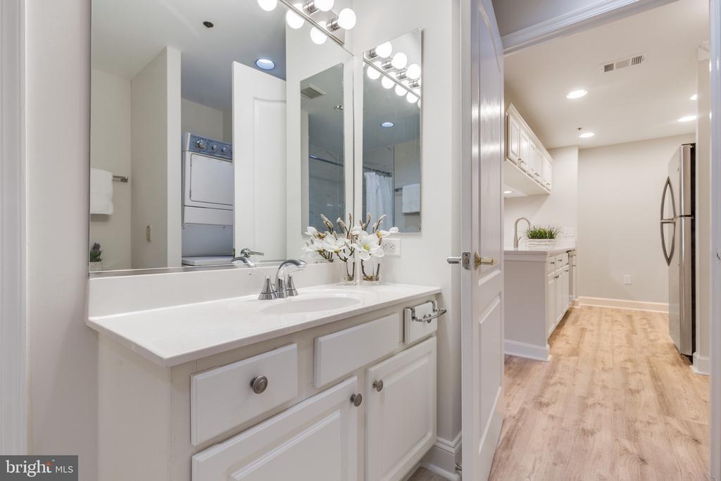 Spacious Bathroom - 1050 N STUART ST #126, ARLINGTON