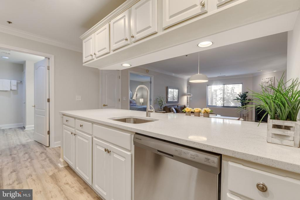 Kitchen w/New SS appliances and Quartz countertop - 1050 N STUART ST #126, ARLINGTON