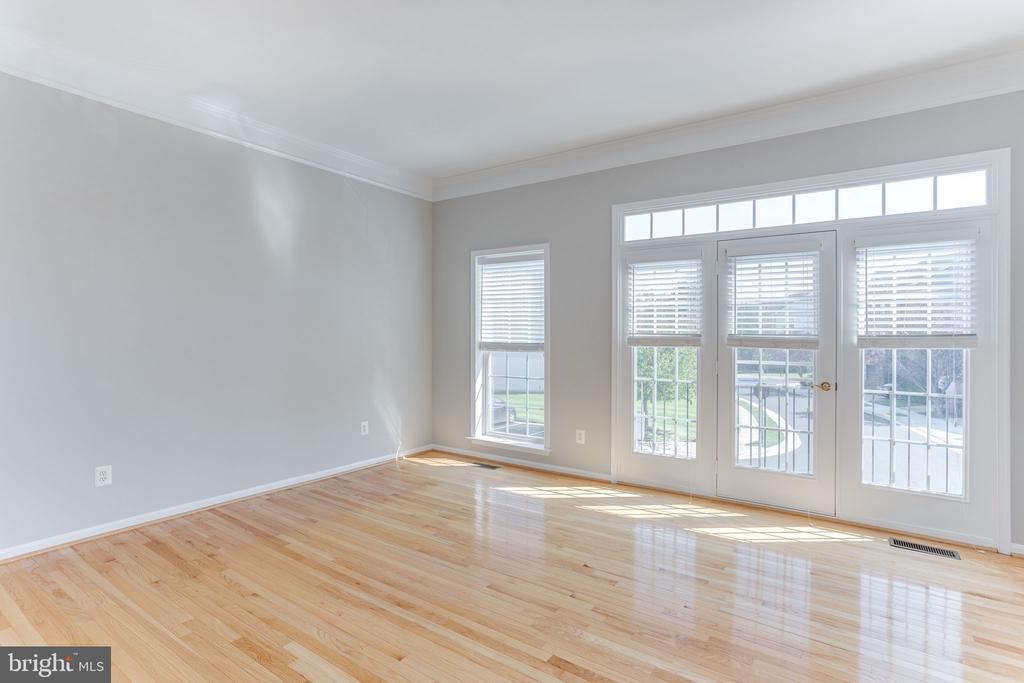 Sunny Living Room with Floor to Ceiling Windows - 21871 HAWKSBURY TER, BROADLANDS