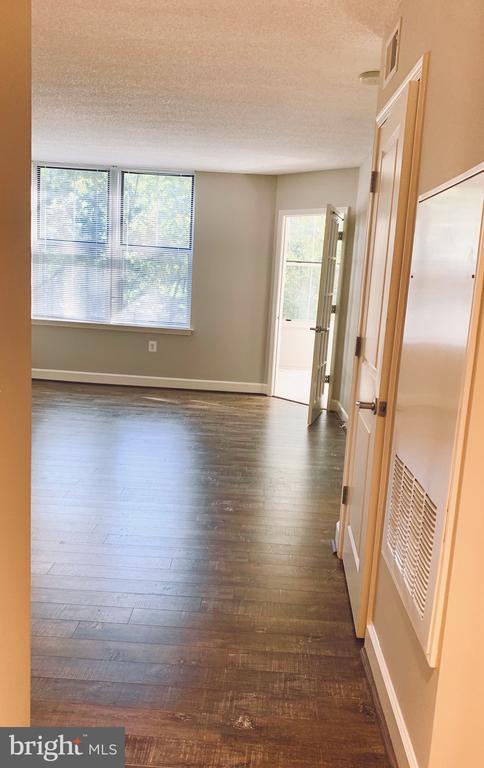 Gleaming floors and custom paint - 11800 SUNSET HILLS RD #311, RESTON