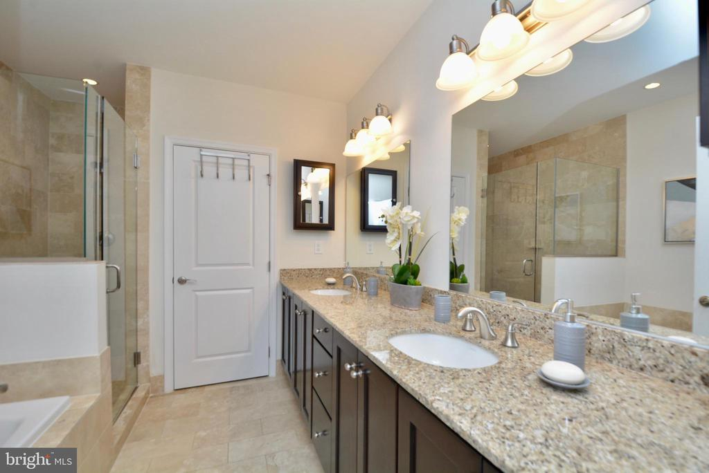 Luxurious private bath with separate shower - 1418 N RHODES ST #B410, ARLINGTON