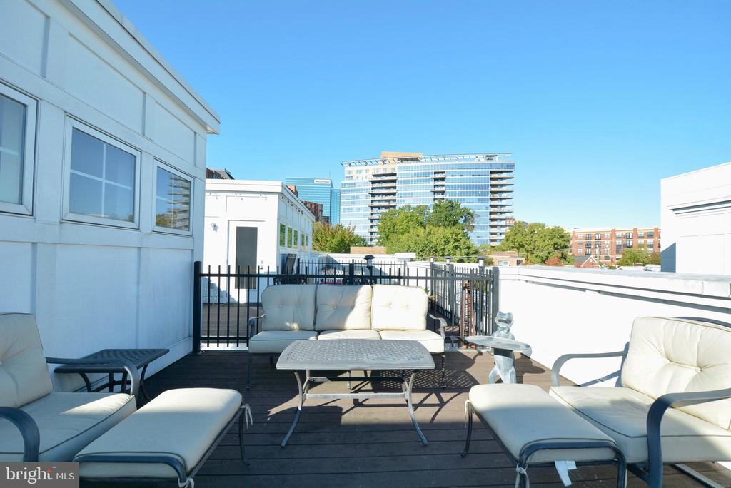 Largest rooftop terrace in the building - 1418 N RHODES ST #B410, ARLINGTON