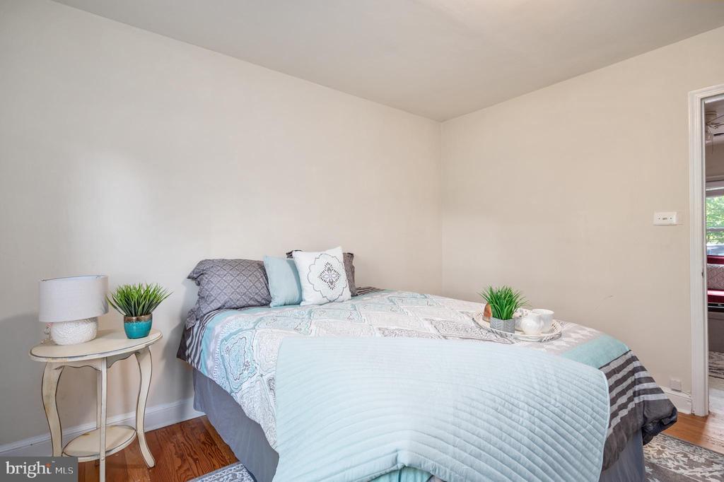 Main Level Master Bedroom - 7019 SIGNAL HILL RD, MANASSAS