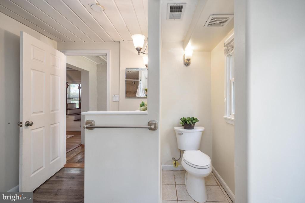 Main Level Full Bath - 7019 SIGNAL HILL RD, MANASSAS
