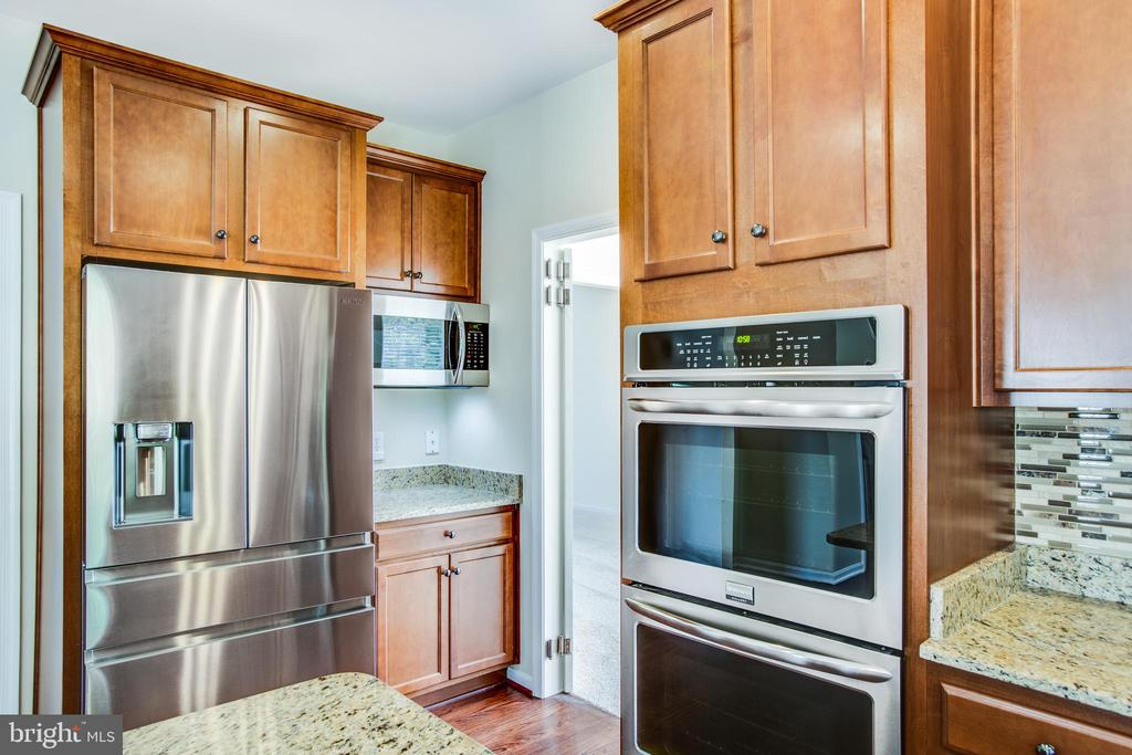 Stainless steel appliances: double ovens - 81 FOUNTAIN DR, STAFFORD