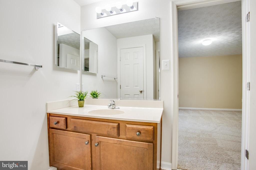 Full bath that connects to the legal bedroom - 81 FOUNTAIN DR, STAFFORD