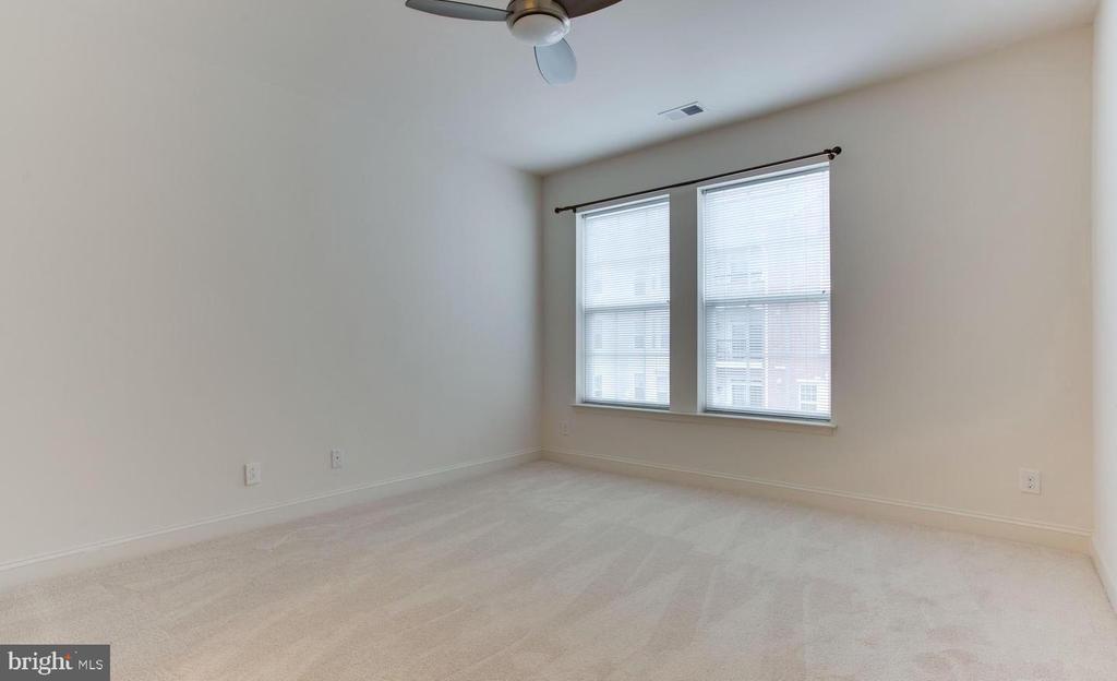 Huge secondary bedroom for guests or den or office - 9202 CHARLESTON DR #301, MANASSAS
