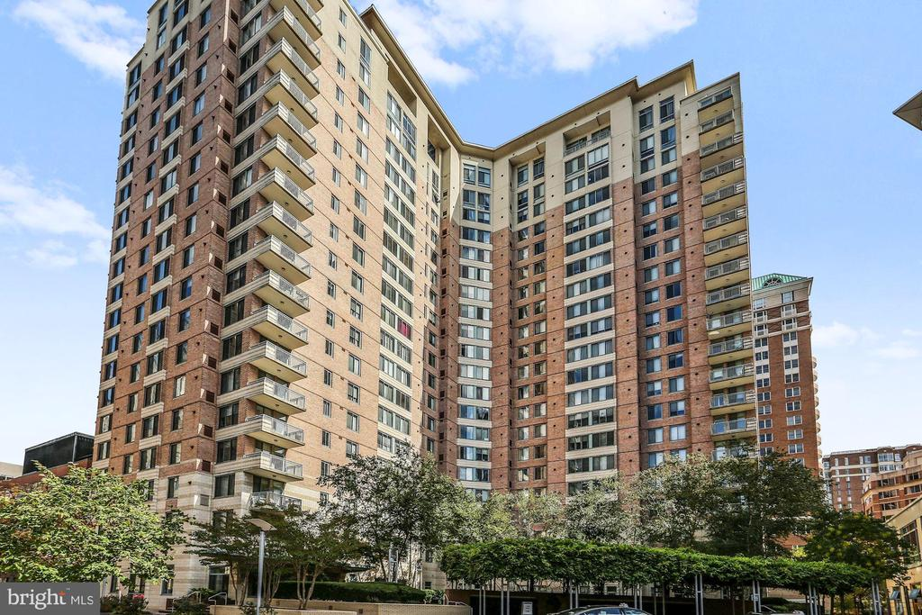 The Continental Sophisticated and Convenient - 851 N GLEBE RD #1117, ARLINGTON