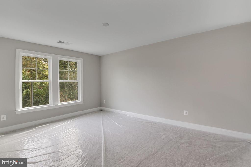 Bedroom 2 with large walk-in closet - 3414 BURROWS AVE, FAIRFAX