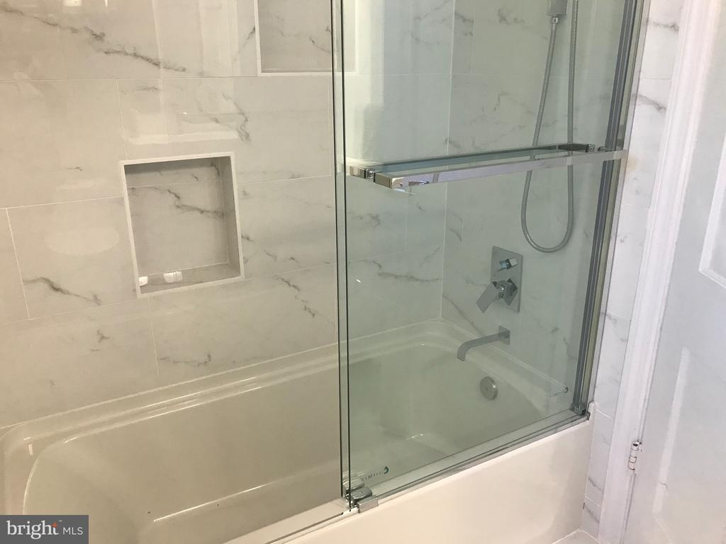 Full tub in hall bath, beautifully updated - 710 N BUCHANAN ST, ARLINGTON