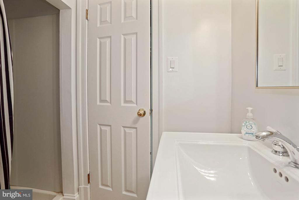 Full bathroom on lower level - 3540 N VALLEY ST, ARLINGTON
