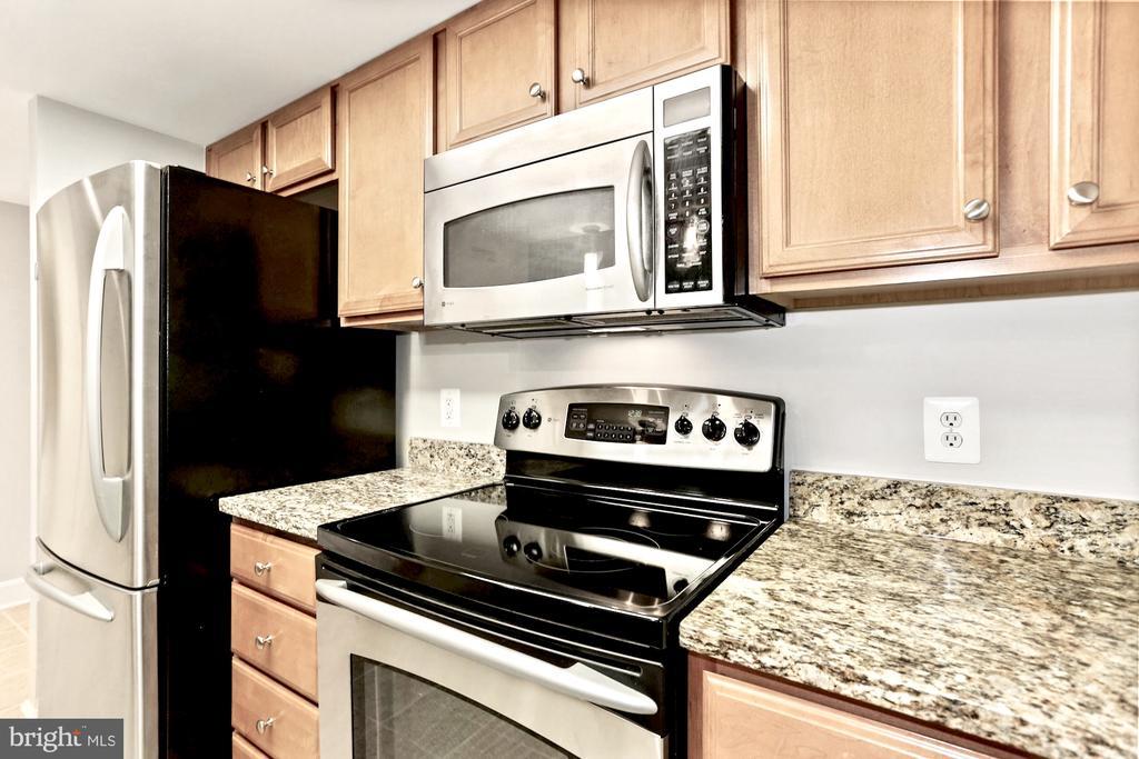 Like new! - 11800 SUNSET HILLS RD #311, RESTON
