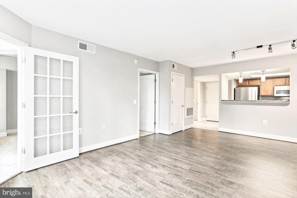 Bright Open living area - 11800 SUNSET HILLS RD #311, RESTON