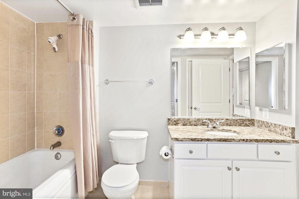 Large bathrooms - 11800 SUNSET HILLS RD #311, RESTON