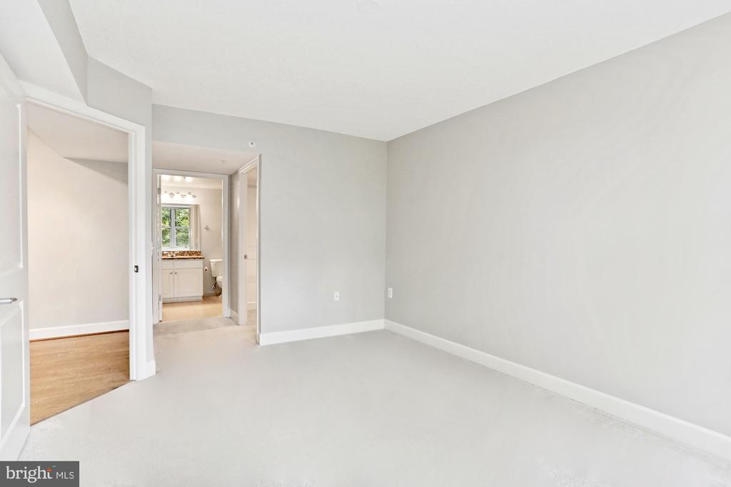 large secondary room with it's own full bath - 11800 SUNSET HILLS RD #311, RESTON