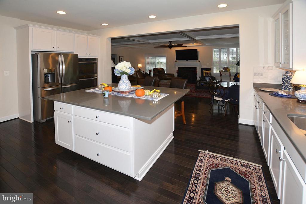 Kitchen overlooks great room - 7614 CHESTNUT ST, MANASSAS