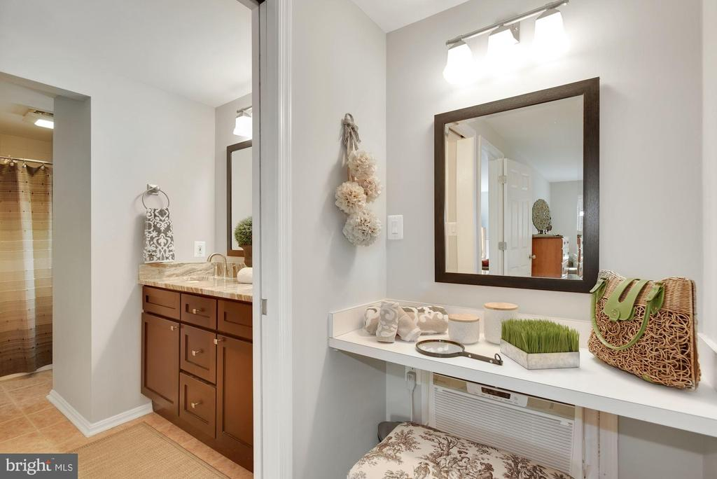Updated Master Bath with large walk-in closet - 7 COLEMAN LN, STERLING