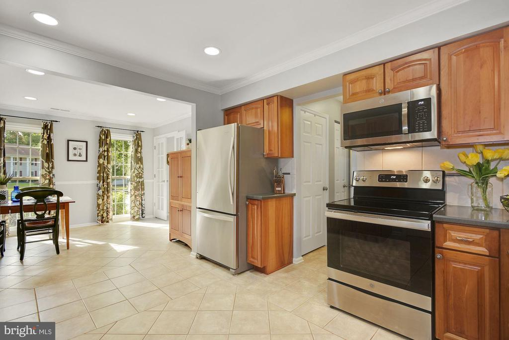 Open spacious Kitchen - 7 COLEMAN LN, STERLING