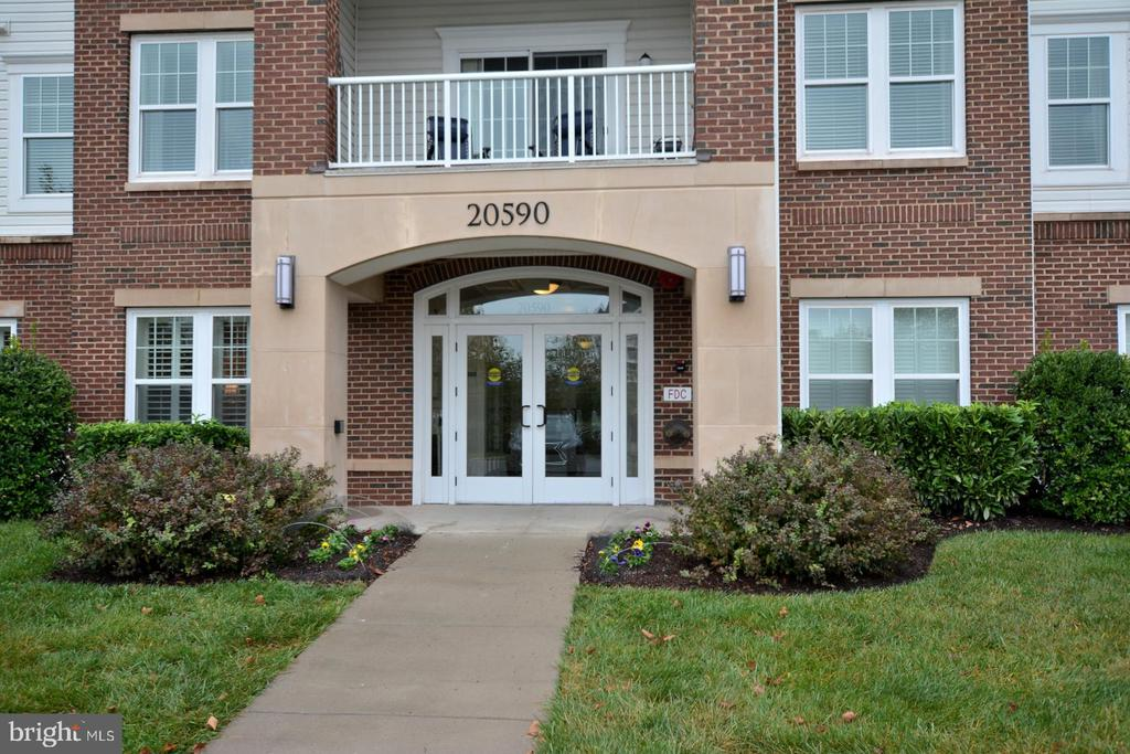 Welcome Home to this lovely 1st floor condo - 20590 HOPE SPRING TER #104, ASHBURN