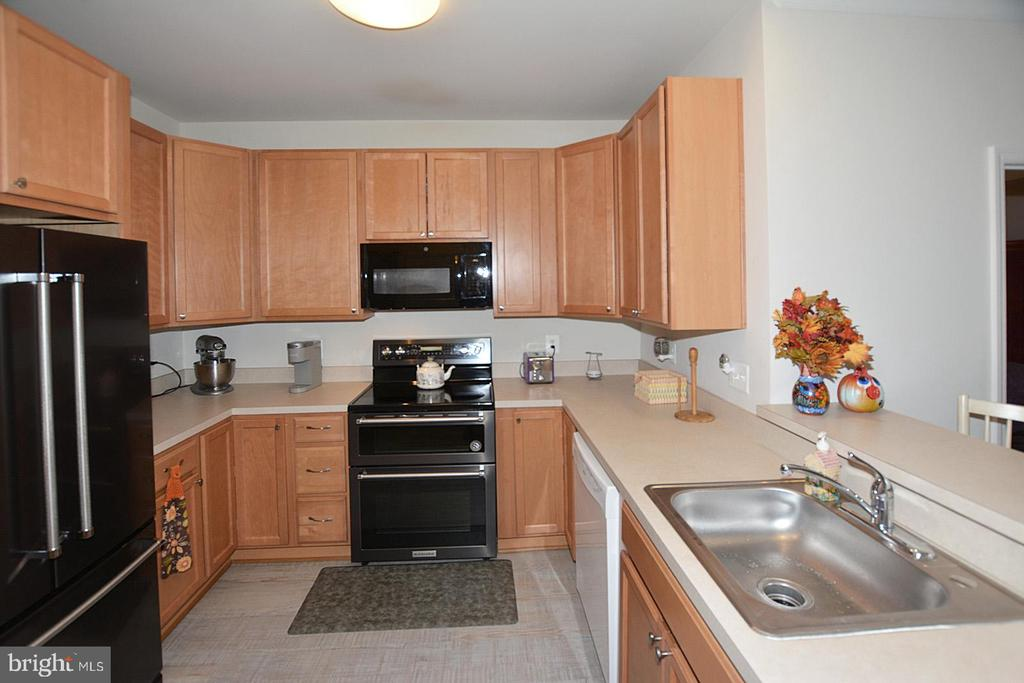 Fully Equipped Kitchen with updated appliances - 20590 HOPE SPRING TER #104, ASHBURN