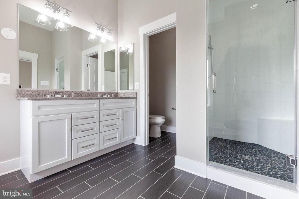 Gorgeous primary bath. - 6762 W LAKERIDGE, NEW MARKET