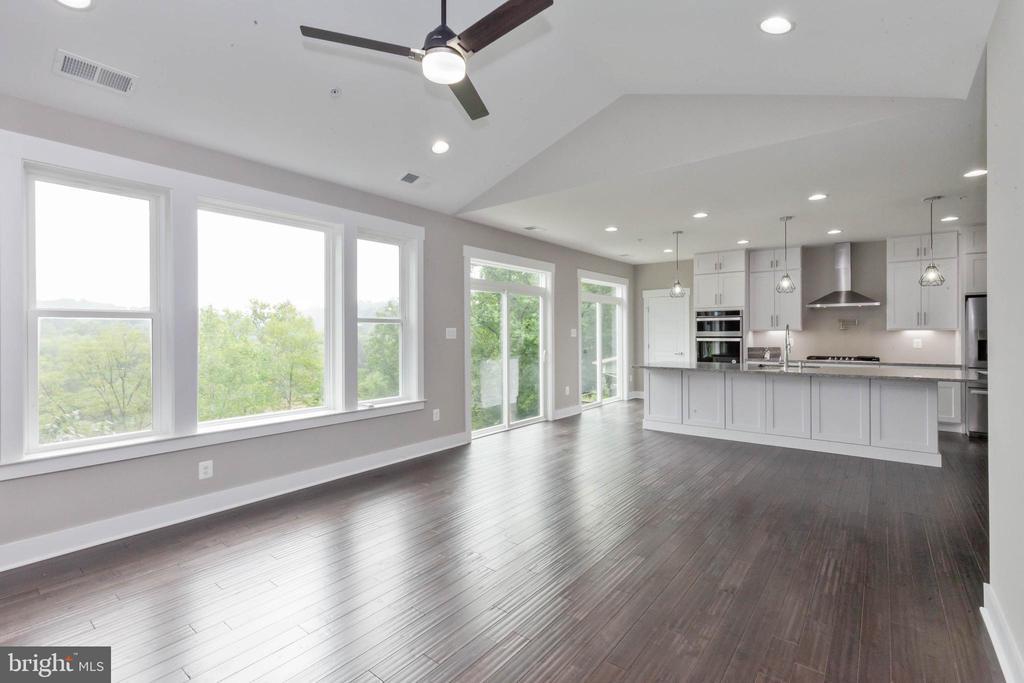 Seamless flow from kitchen to family room. - 6762 W LAKERIDGE, NEW MARKET