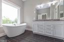 Luxurious soaking tub in primary bathroom. - 6762 W LAKERIDGE, NEW MARKET