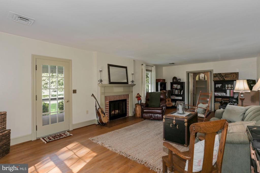 Beautiful hardwood floors thru-out - 821 W MAIN ST, PURCELLVILLE