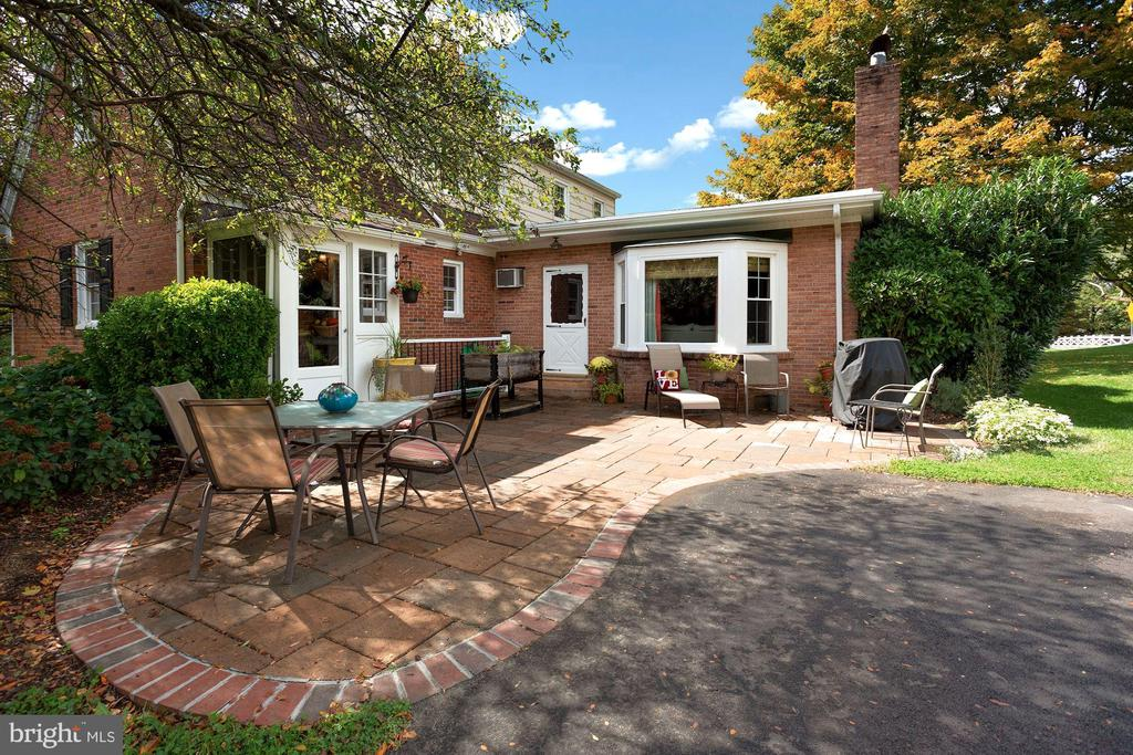 Shaded patio area and entertaining. - 821 W MAIN ST, PURCELLVILLE