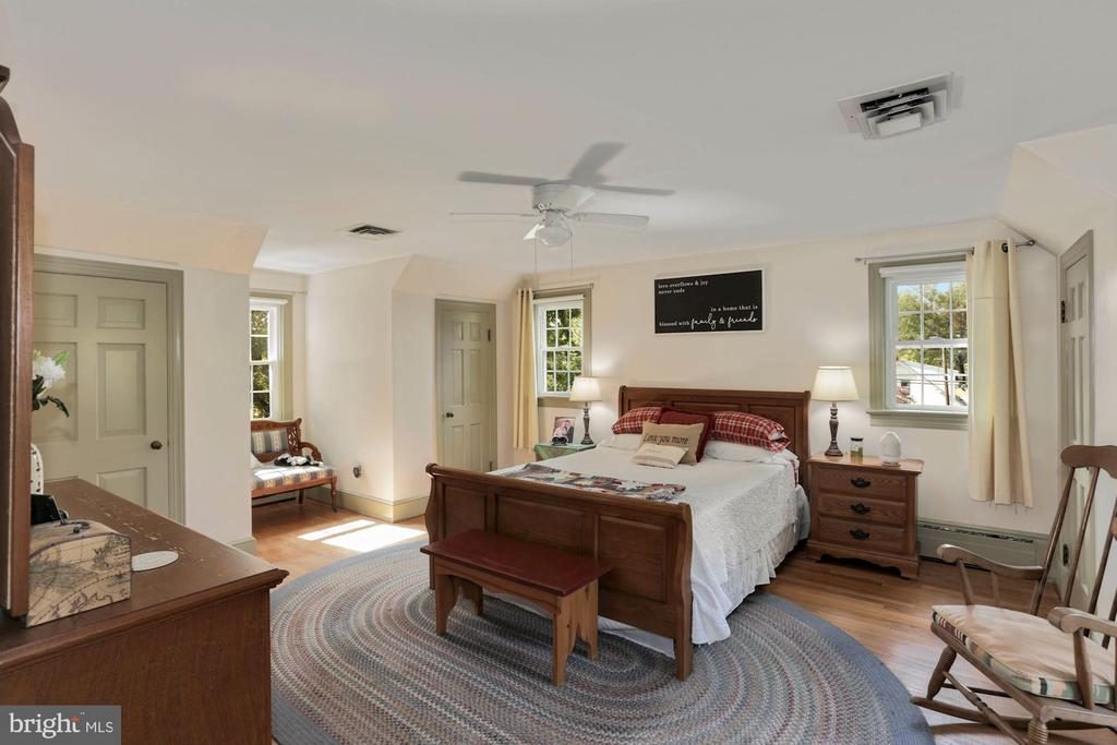Upper level master suite - 821 W MAIN ST, PURCELLVILLE