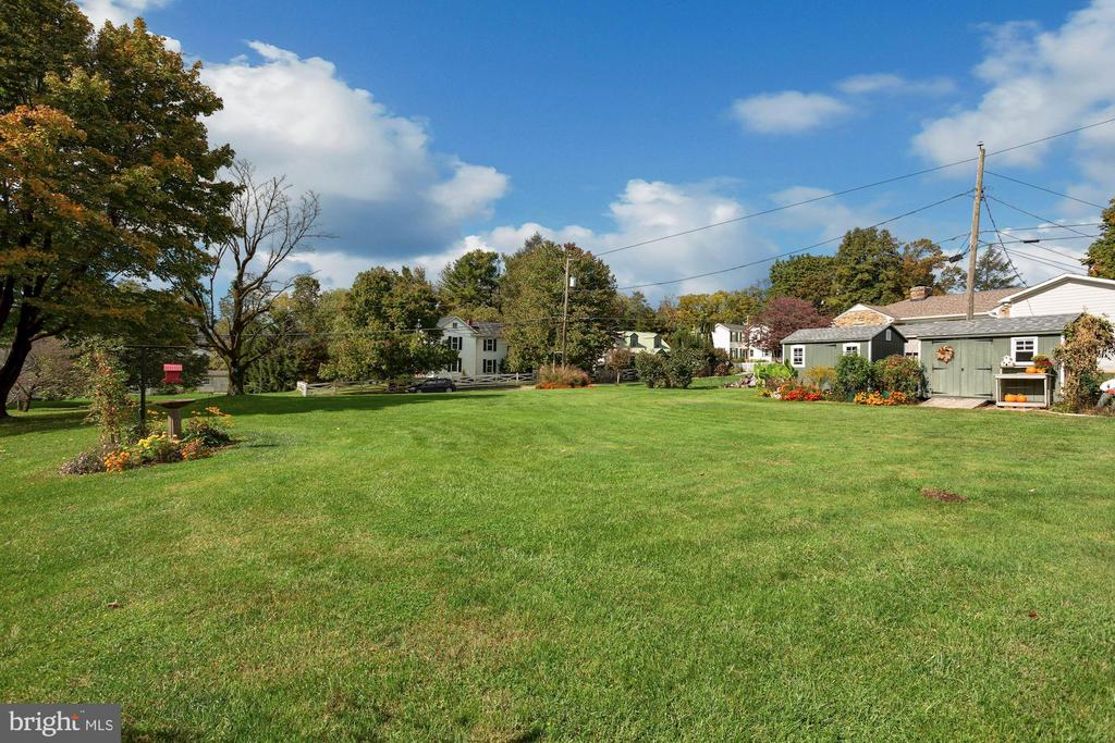 Two garden sheds. Future swimming pool or gardens - 821 W MAIN ST, PURCELLVILLE