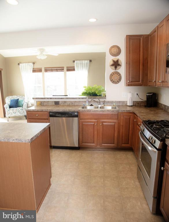 Kitchen with stainless appliances - 3 BRACEY MILL CT, FREDERICKSBURG
