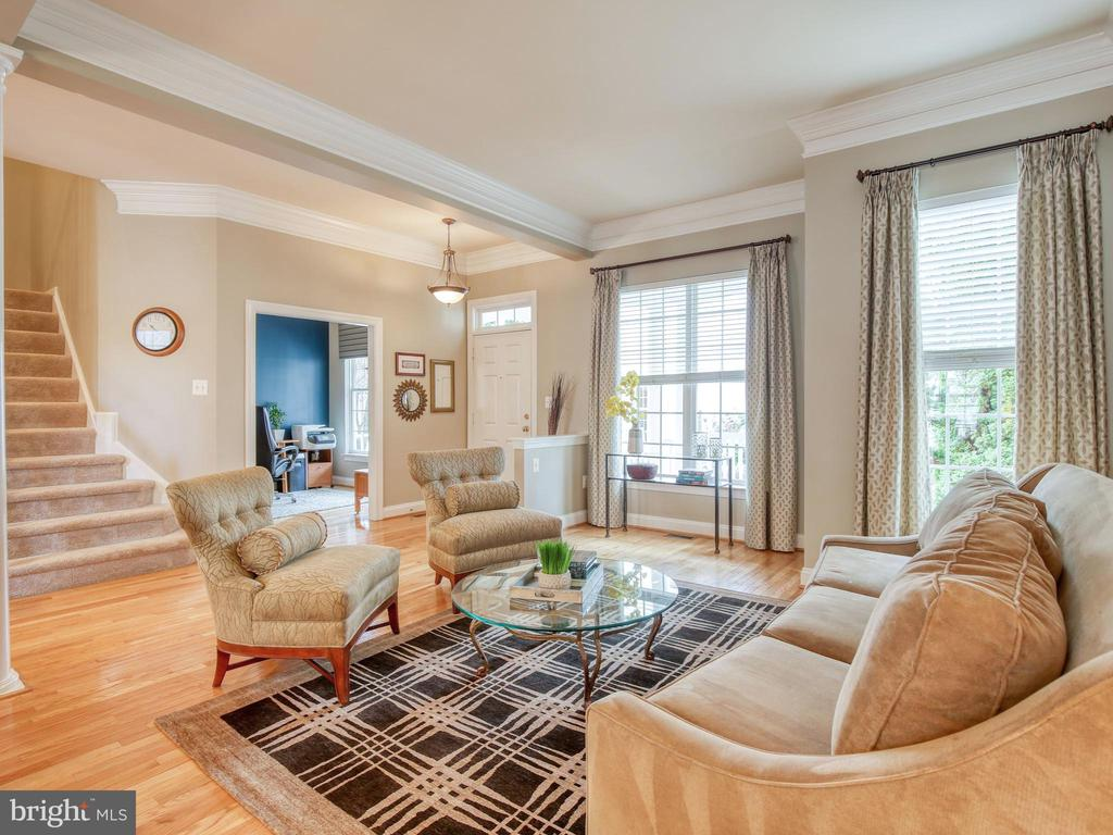 10 ' ceilings give this house a wonderful feel - 527 GENTLEWOOD SQ, PURCELLVILLE