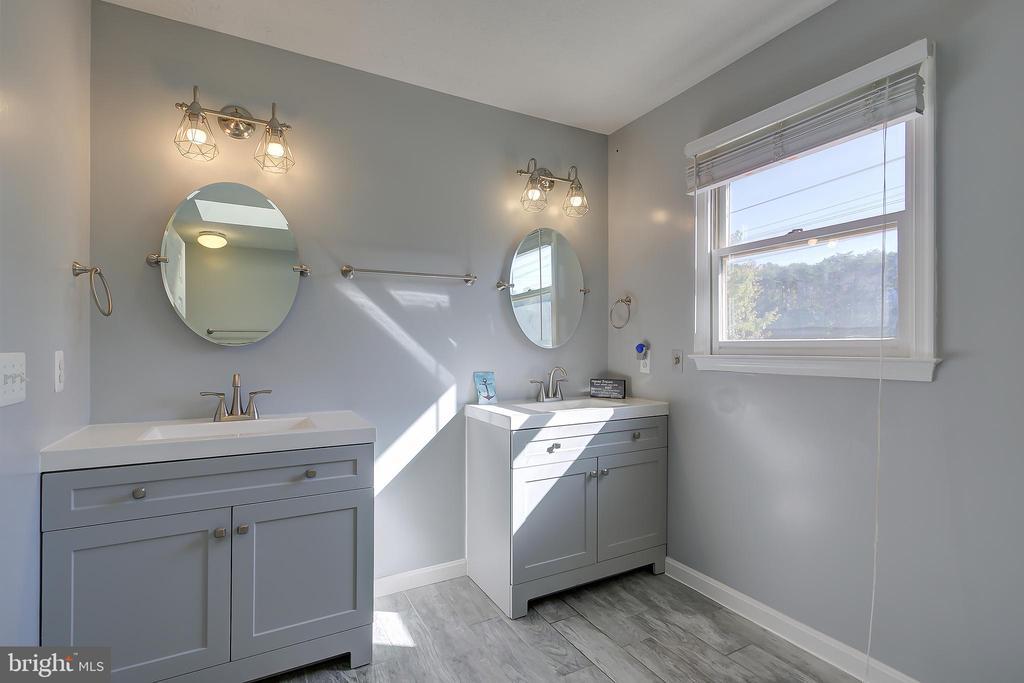 Owner's Bath w/Dual Vanities - 8 LITTLE ROCKY RUN LN, STAFFORD