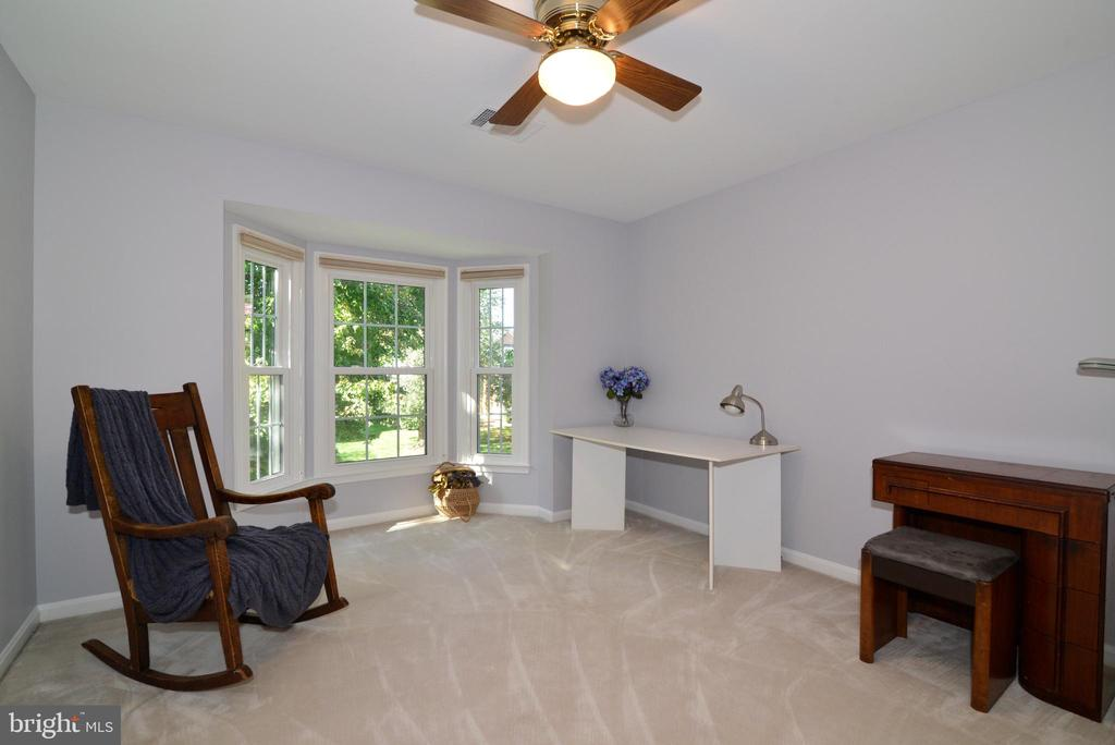 Bedroom with large window facing front of home - 915 SPRING KNOLL DR, HERNDON