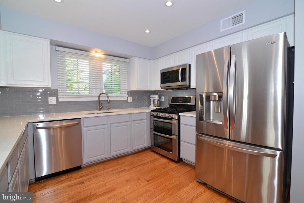 Stainless steel appliances shine in this space - 915 SPRING KNOLL DR, HERNDON