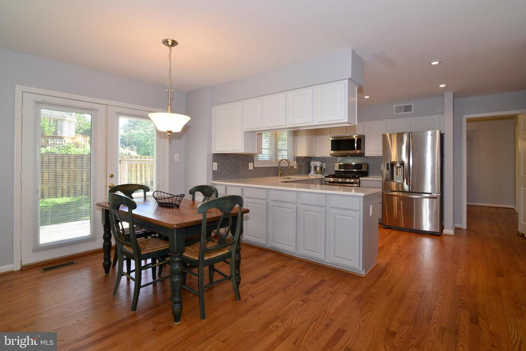 Kitchen nook by doors to Backyard Rec Space - 915 SPRING KNOLL DR, HERNDON