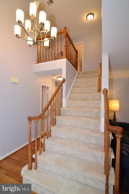 Elegant stairway takes you to the bedroom level - 915 SPRING KNOLL DR, HERNDON