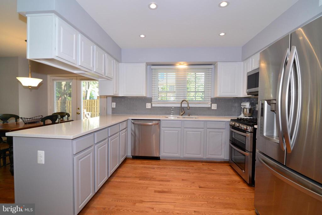 Updated kitchen with new granite countertops - 915 SPRING KNOLL DR, HERNDON