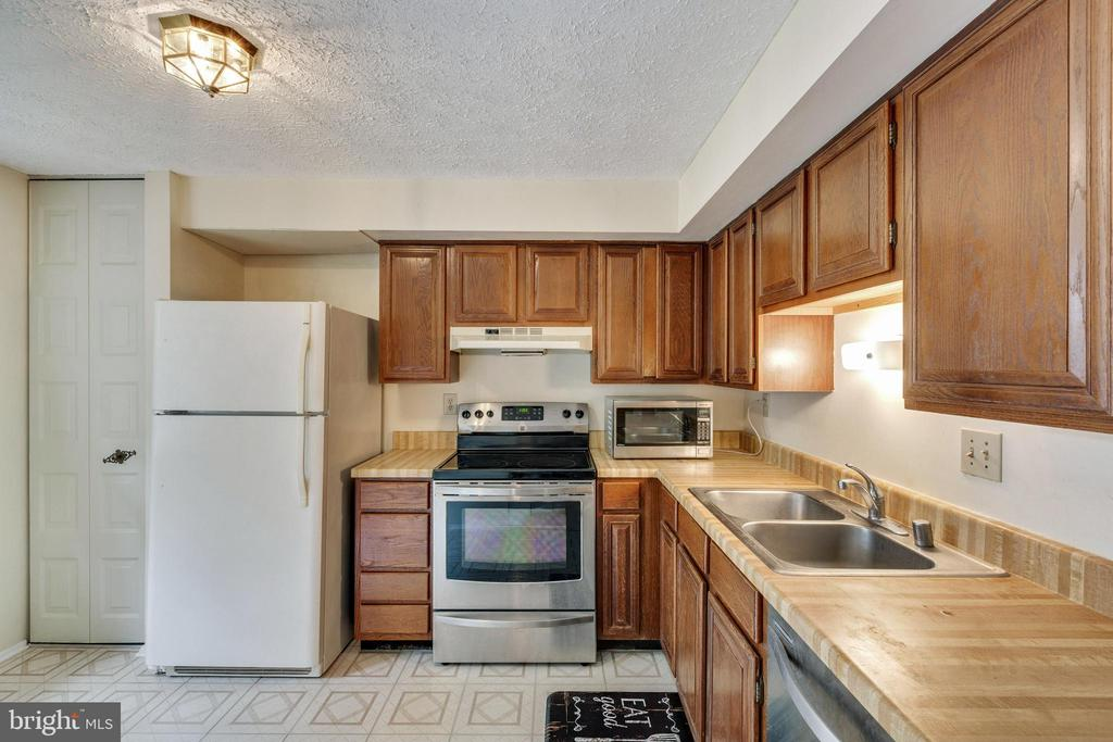 Kitchen - 104 HOLDCROFT LN, GAITHERSBURG