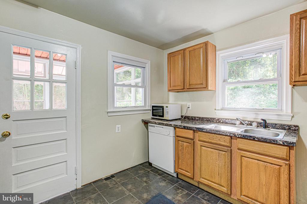 Kitchen with door to exterior - 19125 WINDSOR RD, TRIANGLE
