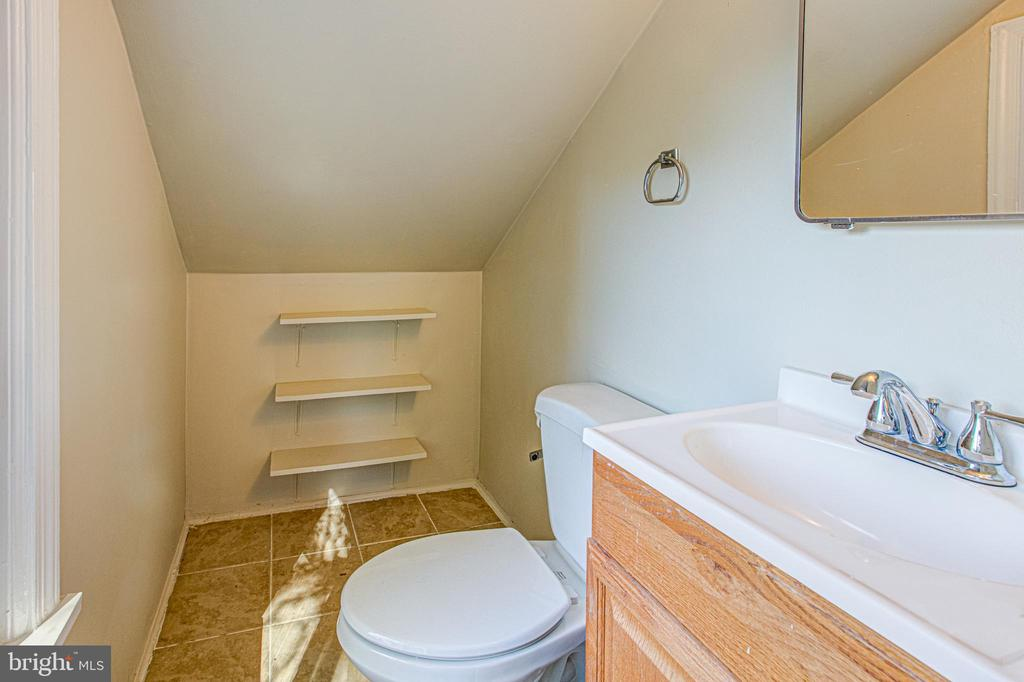 Half Bath in upper level - 19125 WINDSOR RD, TRIANGLE