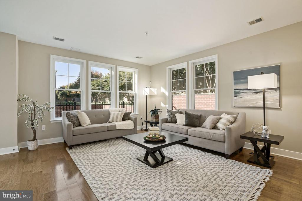 Living room overlooking patio and courtyard - 1418 N RHODES ST #B113, ARLINGTON