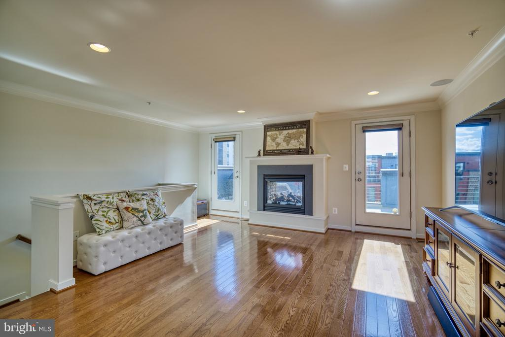 Large loft recreation room with hardwoods - 2990 DISTRICT AVE, FAIRFAX