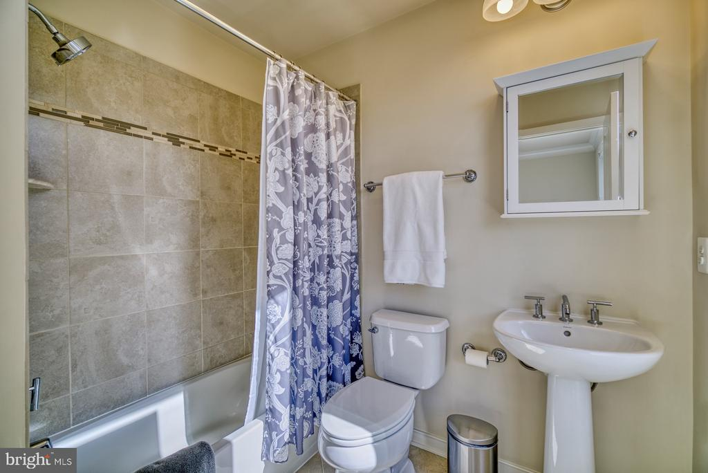 En-suite bath with tons of light - 2990 DISTRICT AVE, FAIRFAX