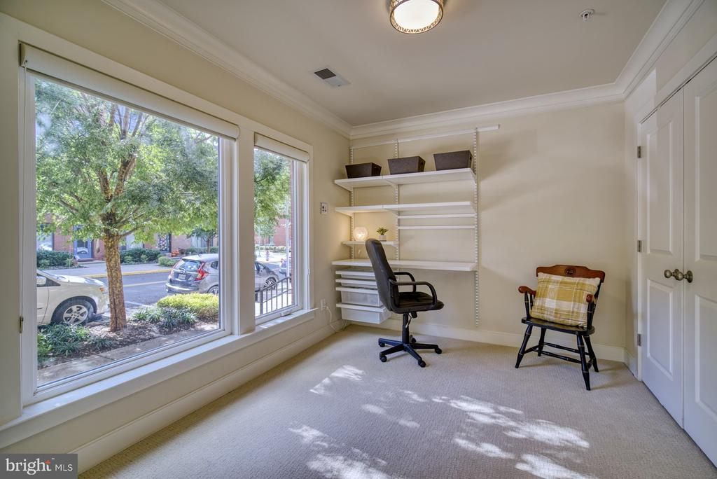 Entry-level bedroom with upgraded carpet/padding - 2990 DISTRICT AVE, FAIRFAX